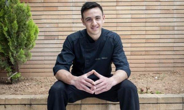 Δείτε τον νικητή του Master Chef να ποζάρει στην παραλία μόνο με το μαγιό του (φωτό)