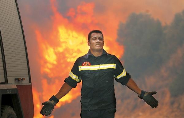 """Η ανάρτηση Έλληνα πυροσβέστη που συγκλονίζει: """"Ο Θεός μας ξέχασε…"""""""
