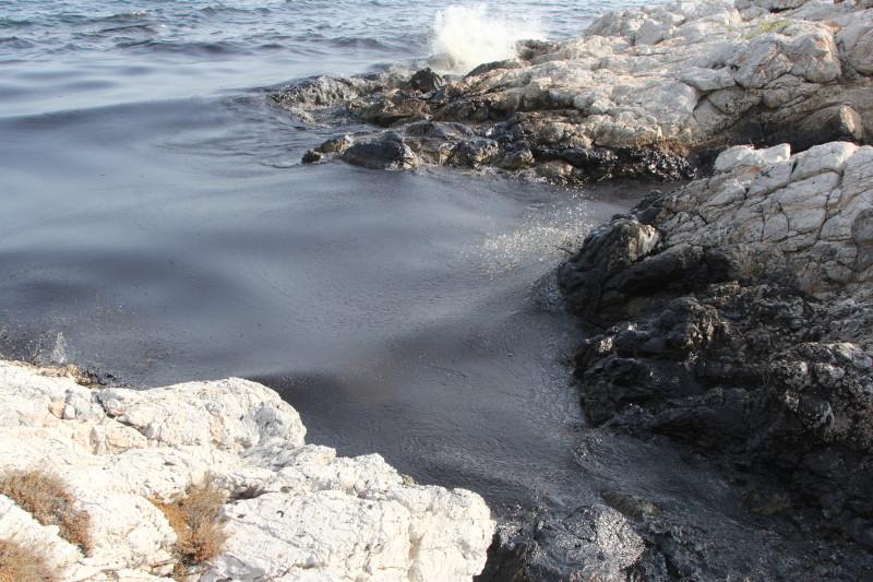 Καθηγητής τοξικολογίας: Έγκυες και ευπαθείς ομάδες μην πλησιάζουν καν τις μολυσμένες ακτές