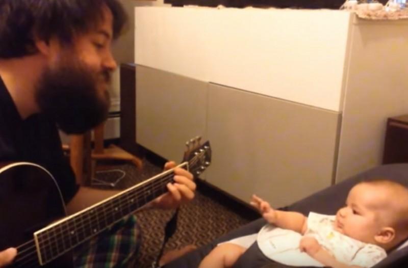 Πατέρας τραγουδάει για πρώτη φοράστον νεογέννητο γιο του – Δείτε την αντίδραση του μπέμπη! (βίντεο)