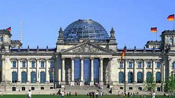 Το Spiegel ψάχνει τρόπο να αποκτήσουν ενδιαφέρον οι Γερμανικές εκλογές, και προτείνει Ελληνική συμμετοχή