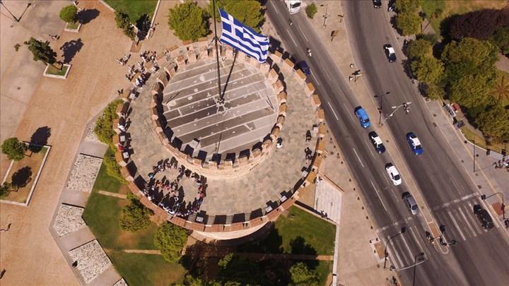 Πρόσφυγες σχημάτισαν το σύμβολο της ειρήνης στον Λευκό Πύργο