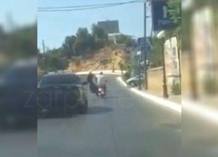 Χανιά: Οδηγός μηχανής κρατάει με το ένα χέρι το τιμόνι και με το άλλο μια τέντα [βίντεο]