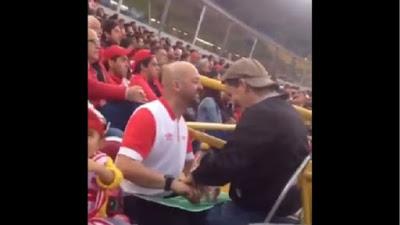 Μαγικές στιγμές σε γήπεδο μεταξύ πατέρα και τυφλού γιού!