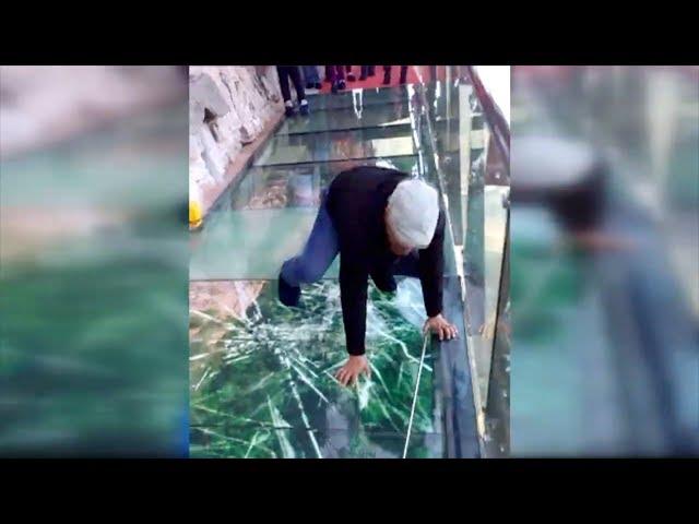 Του έκαναν πλάκα πως σπάει η γυάλινη γέφυρα – Κόντεψε να πάθει καρδιακό (βίντεο)