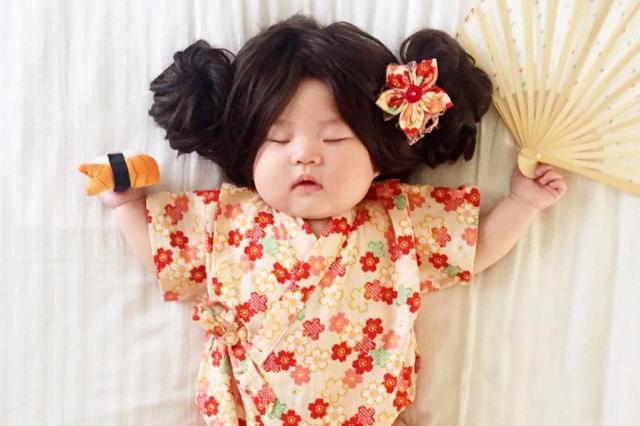 Μεταμορφώνει το μωράκι της σε απίστευτους χαρακτήρες ενώ αυτό κοιμάται – Η μικρή σταρ που έγινε viral (βίντεο)