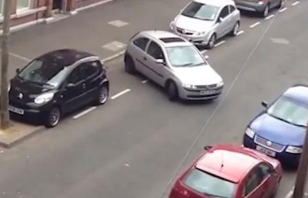 Γυναίκα οδηγός προσπαθούσε επί 9 λεπτά να παρκάρει, τελικά τα κατάφερε και αποθεώθηκε