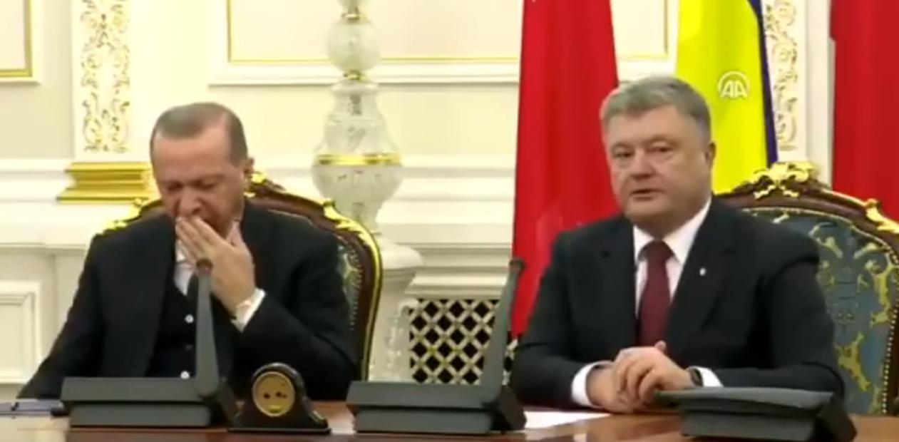 Ο Ερντογάν αποκοιμήθηκε στη συνέντευξη Τύπου με τον Ποροσένκο [βίντεο]