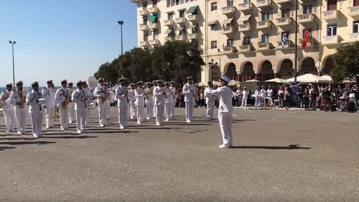 Κι όμως! Η μπάντα του Πολεμικού Ναυτικού παίζει το Despacito [βίντεο]