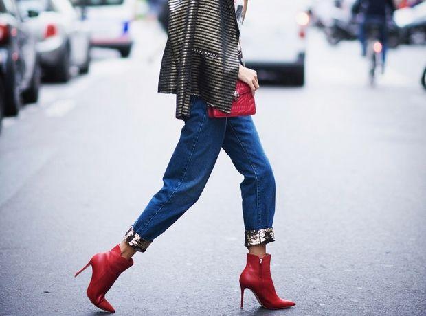 Η Alessandra Ambrosio σου δείχνει πώς να φορέσεις τα booties με τζιν παντελόνι