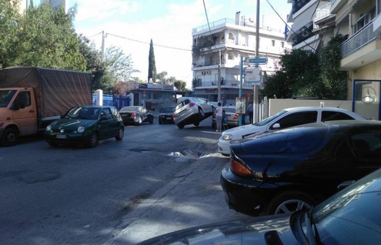 Οδηγός πάρκαρε το αυτοκίνητο του επάνω σε άλλο σταθμευμένο όχημα