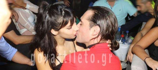 Ασυγκράτητος έλληνας ηθοποιός με την 19χρονη σύντροφό του στα μπουζούκια (φωτό)