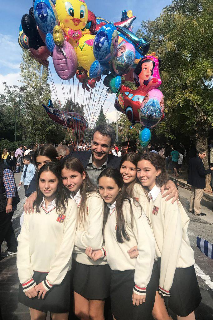 Ο Κυριάκος στην παρέλαση του σχολείου της κόρης του