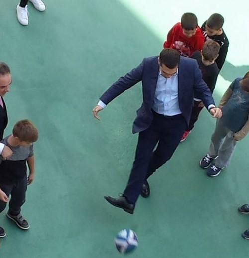 Έπαιξε ποδόσφαιρο με μαθητές στα Ιωάννινα ο Αλέξης Τσίπρας