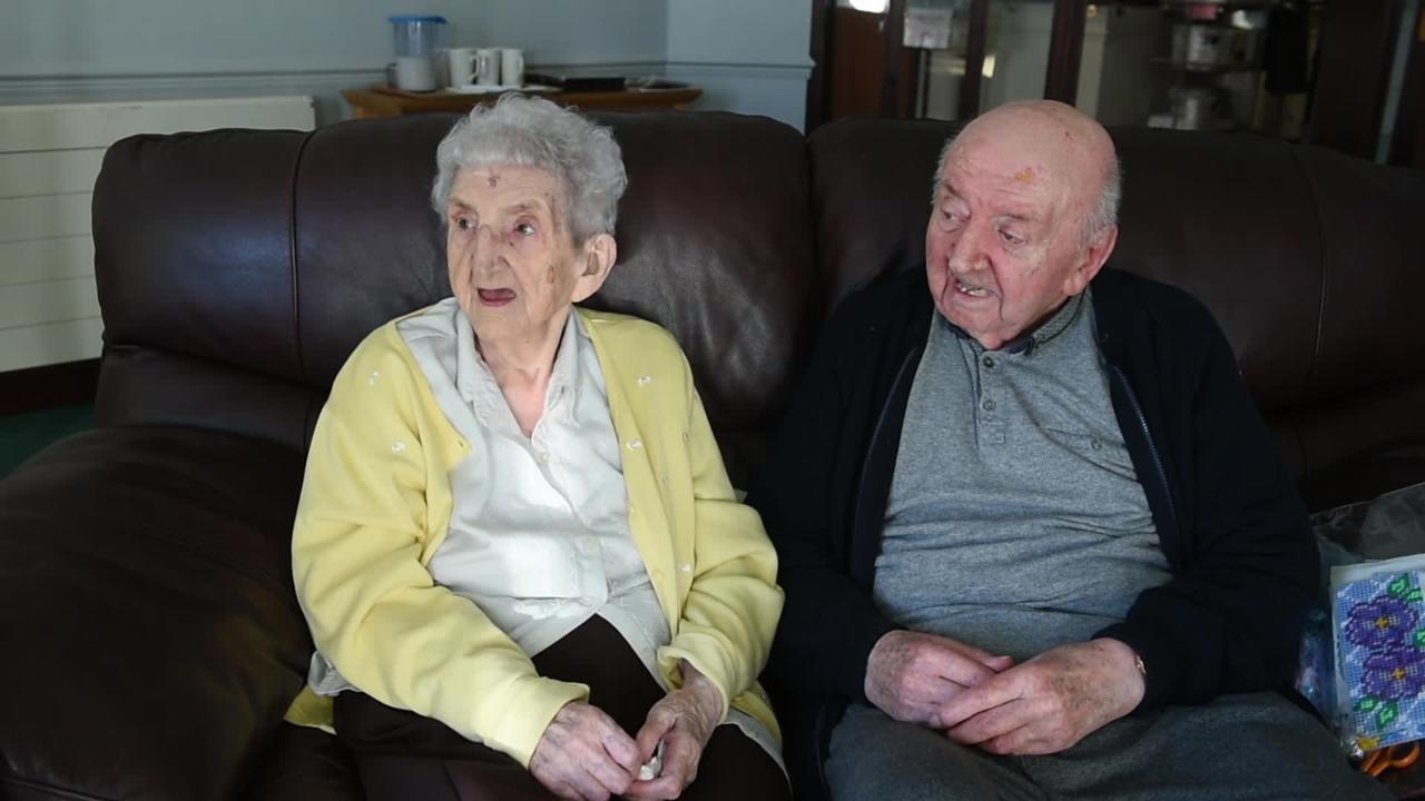"""""""Γιατί δεν σταματάς ποτέ να είσαι μαμά"""": 98χρονη μητέρα μετακομίσε για να φροντίζει τον 80χρονο γιο της"""