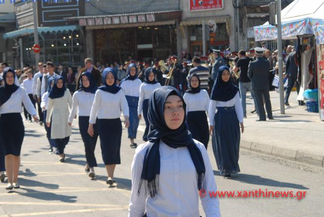 Ξάνθη: Παρέλαση μαθητριών μόνο με μαντίλες για πρώτη φορά