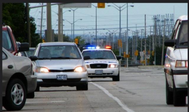 Εσείς το γνωρίζετε; Δείτε γιατί οι Αστυνομικοί χτυπάνε τα πίσω φώτα κάθε φορά που σταματούν ένα αυτοκίνητο για έλεγχο