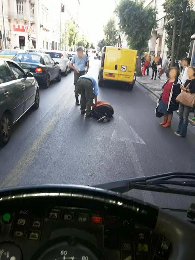 Αυτή η γυναίκα ξαπλώνει μπροστά στα λεωφορεία του ΟΑΣΑ και δεν σηκώνεται…  ΑΝ ΔΕΝ έρθει η αστυνομία