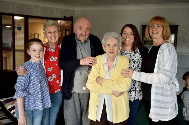 98χρονη μητέρα μετακόμισε σε γηροκομείο για να φροντίζει τον 80χρονο γιο της