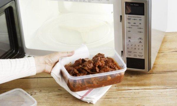 Προσοχή με τα πλαστικά τάπερ φαγητού στον φούρνο μικροκυμάτων – Τι πρέπει να ξέρετε