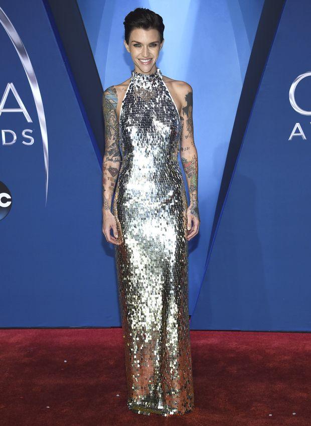 H Ruby Rose τυφλώνει τους φωτογράφους στο κόκκινο χαλί των CMA Awards