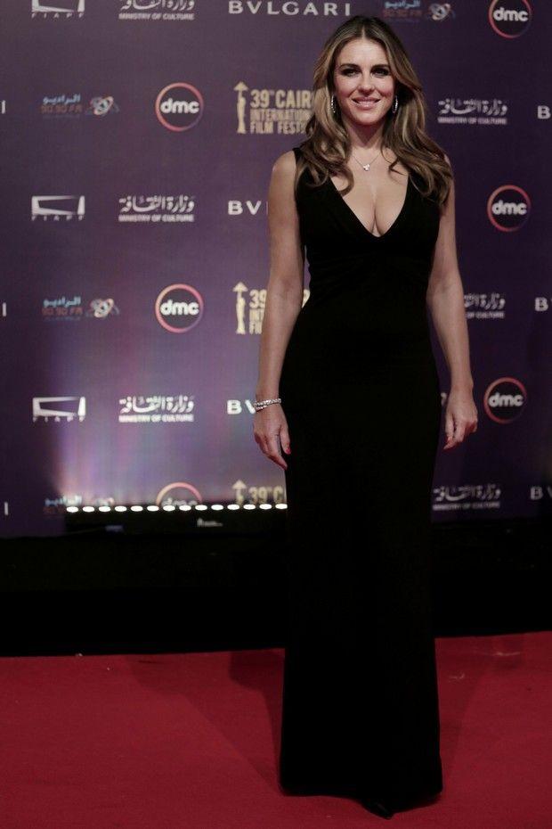 Η Elizabeth Hurley αποδεικνύει ότι ένα απλό μαύρο φόρεμα μπορεί να κάνει τη διαφορά