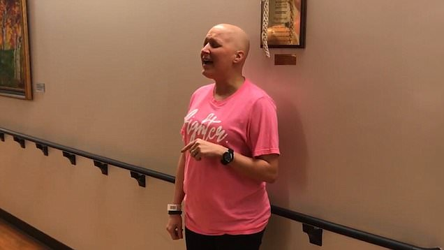 Γιόρτασε την τελευταία ημέρα της χημειοθεραπείας, τραγουδώντας με την υπέροχη φωνή της [βίντεο]