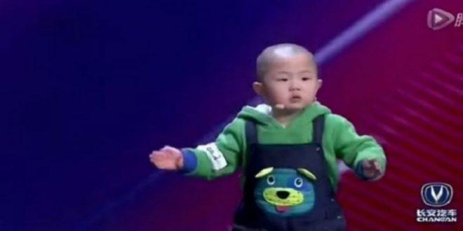 Δείτε τι κάνει αυτός ο 3χρονος πιτσιρικάς και μάζεψε 130.000.000 likes