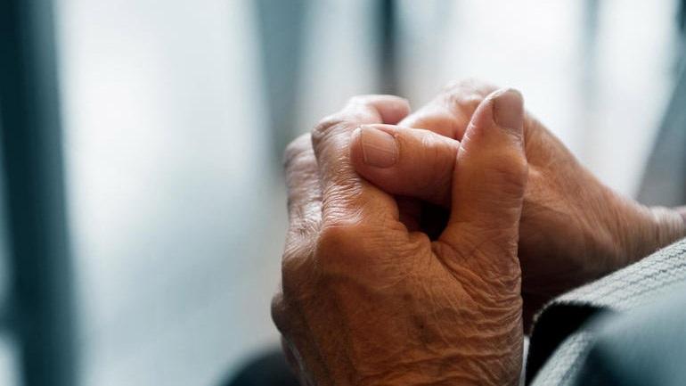 Λάρισα: 49χρονη έδειρε 60χρονο για να τον ληστέψει