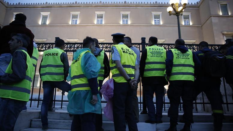 Ένστολοι προς Τσίπρα για κοινωνικό μέρισμα: Μας θυμάστε μόνο όταν εσείς το θεωρείτε σκόπιμο