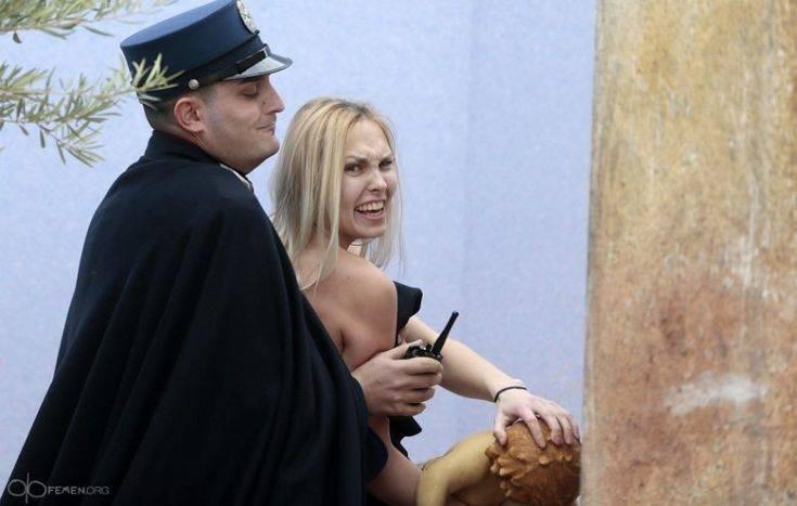 Ημίγυμνη ακτιβίστρια των Femen προσπάθησε να αρπάξει ομοίωμα του νεογέννητου Χριστού