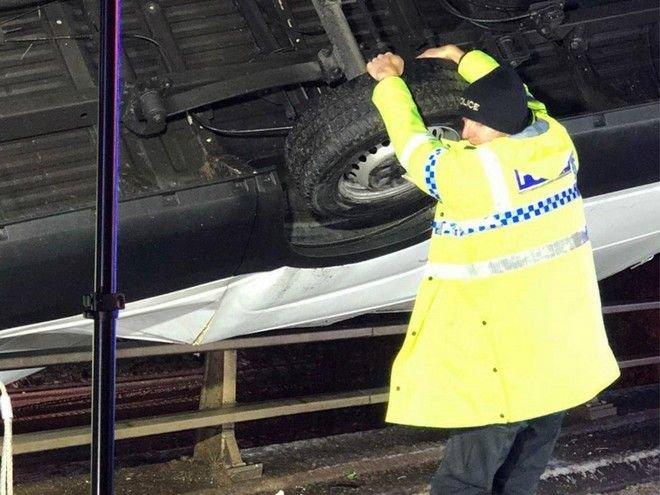 """Αστυνομικός """"Σούπερμαν"""" κράτησε όχημα με τα χέρια του για να μην πέσει από γέφυρα [φωτο]"""