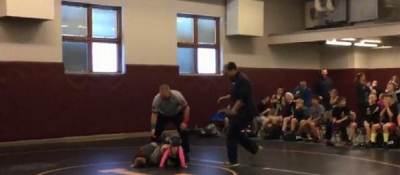 Αγοράκι νομίζει ότι δέρνουν την αδερφή του και εισβάλει σε σχολικό αγώνα πάλης [βίντεο]