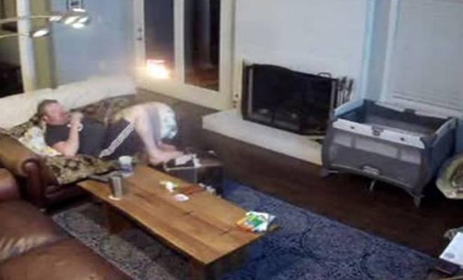Ήταν αραχτός στον καναπέ στο τάμπλετ του όταν ξαφνικά [Βίντεο]