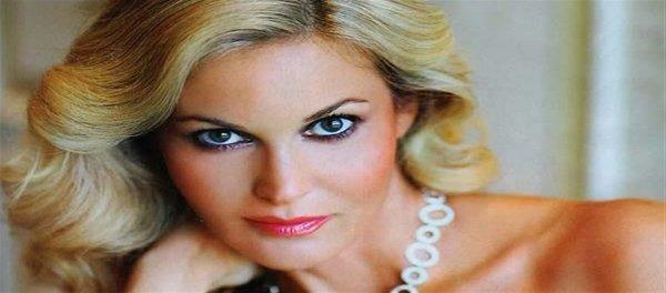 Φιλίππα Μάθιους: Στα 50 της ακόμα στις πασαρέλες το supermodel των 90s!