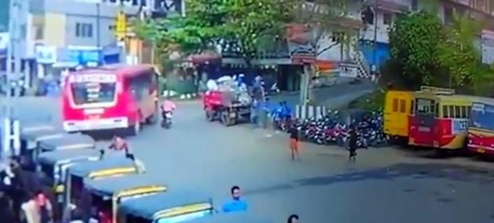 ΑΝ ΕΧΕΙΣ ΤΥΧΗ… Τον πάτησε λεωφορείο και γλίτωσε!