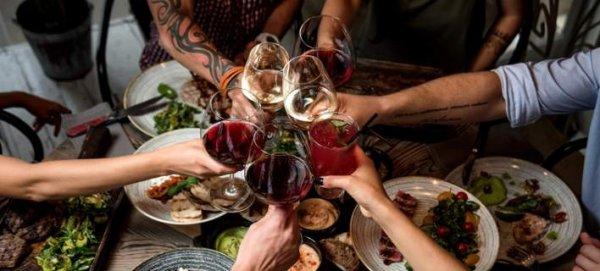 Τα ψυχολογικά κόλπα των εστιατορίων για να παραγγέλνουμε περισσότερο (φωτό)
