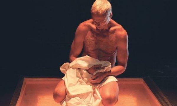 Γυμνός στη σκηνή έλληνας ηθοποιός