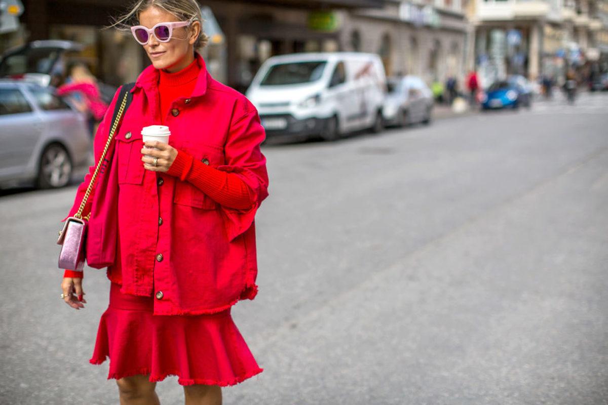 Έχεις κόκκινο παλτό; Σου δείχνουμε 7 νέους τρόπους να το φορέσεις