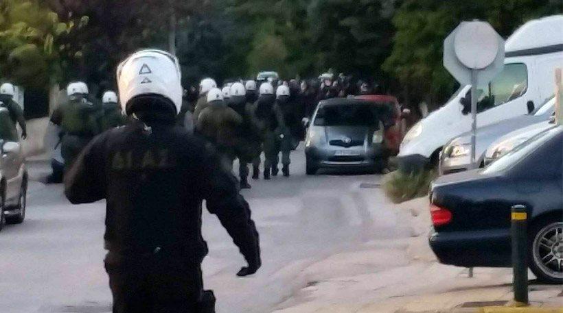 Βριλήσσια: Επεισόδια μεταξύ οπαδών του Ολυμπιακού και αστυνομικών στη Λεωφόρο Πεντέλης