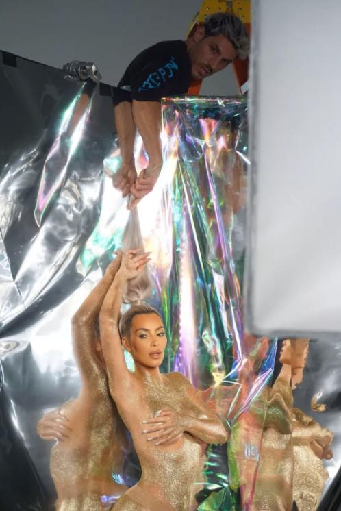Κim Kardashian: Πάλι γuμνή μονο με χρυσόσκονη! Η πόζα που προκάλεσε… χαμό (φωτό)