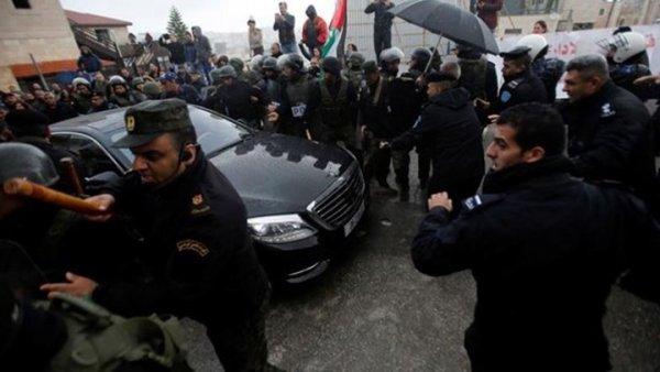 """Χάος στην Βηθλεέμ: Διαδηλωτές έριξαν πέτρες στο αυτοκίνητο του Πατριάρχη Ιεροσολύμων – """"Προδότη"""" ούρλιαζαν (ΦΩΤΟ)"""
