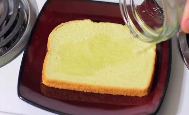 Ρίχνει ξύδι σε μια φέτα ψωμί του τοστ. Ο λόγος; Το πιο έξυπνο κόλπο!
