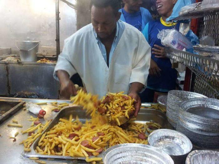 «Θα πάθεις πλάκα» – Δείτε τι κάνει αυτός ο Μάστορας της τηγανητής πατάτας! [Βίντεο]