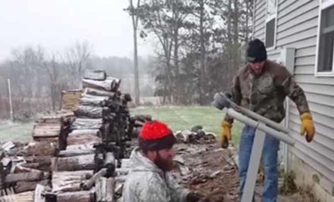 Δείτε την απίστευτη πατέντα για να μην κουβαλάτε τα καυσόξυλα! [Βίντεο]