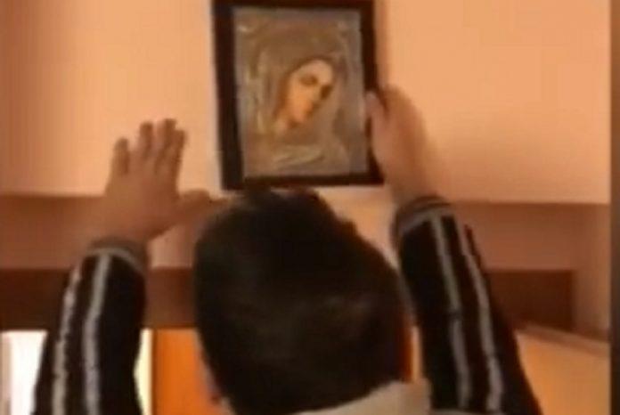 Έκρυβαν την κοκαΐνη σε κρύπτη πίσω από την εικόνα της Παναγίας