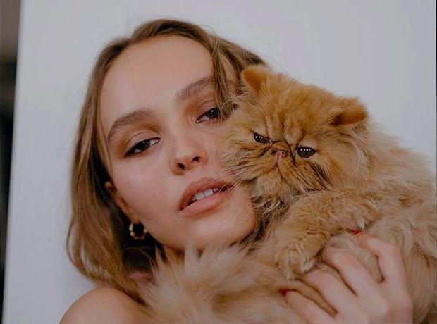 Η νέα φωτογράφιση της Lily-Rose Depp αντλεί έμπνευση από τη μητέρα της, Vanessa Paradis