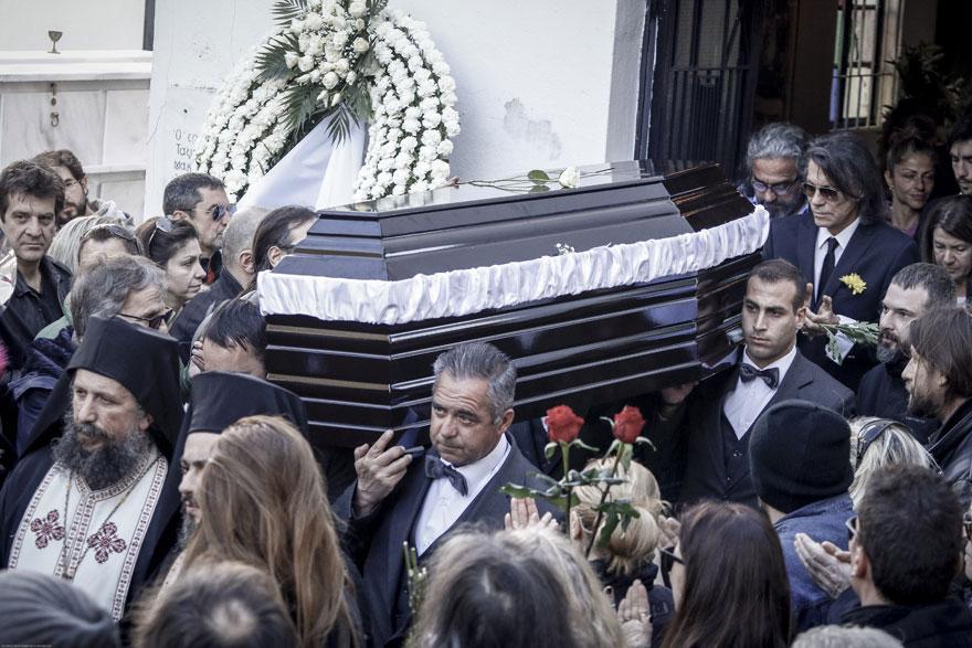 Πλήθος κόσμου αποχαιρέτησε τον Τζίμη Πανούση