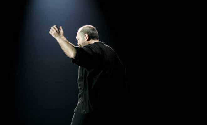 Σοκαριστικό: Η στιγμή που ο τραγουδοποιός Τζίμης Πανούσης κατέρρευσε πάνω στη σκηνή [Βίντεο]