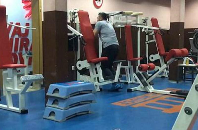 Αυτός ο άνδρας δεν έχει ιδέα πως να χρησιμοποιήσει τα όργανα στο γυμναστήριο [βίντεο]